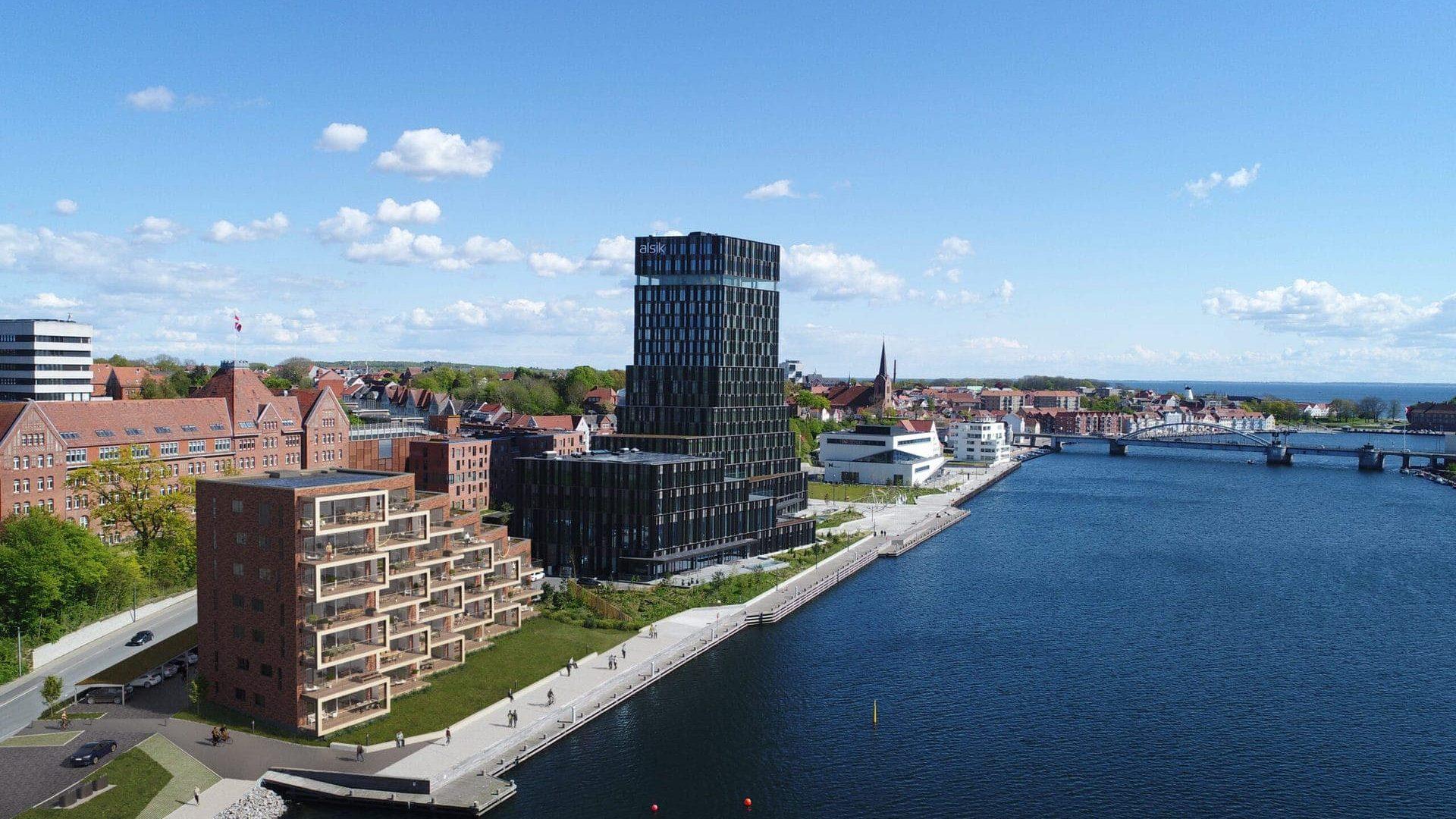 1728_A_Enggaard_Kongebro-Huset-i-Soenderborg_EXT_001_Oversigt_Vandsiden